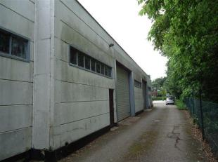 Bedrijfshal nr.2 op enkele minuten van op- en afrit nr. 29 E314 en centrum Genk. Met een opp. van ong. 140 m² met een inpandig kantoor van 18 m&s