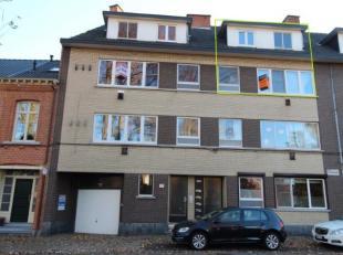 Gerenoveerd duplex appartement groot 100m² met een gelijkvloerse gesloten garage is gelegen nabij het stadscentrum. In dit appartement met 3 slaa