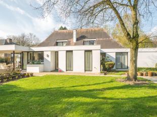 Charmevolle villa, rustig en residentieel gelegen op 43a79ca in de mooie Mombeekdreef te Hasselt. Unieke toplocatie op slechts 3 km van het centrum en