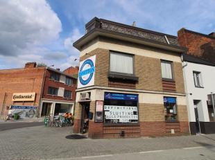 Uitstekend gelegen handelspand op toplocatie vlakbij het centrum en het Jessa ziekenhuis pal tegenover supermarkt Delhaize aan de Luikersteenweg. Voor