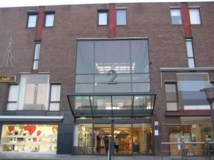 Commerciële ruimte/kantoorruimte met toilet op verdieping in Shopping 2 te Genk. Nuttige oppervlakte van 45 m². Mooie ruimte met veel lichti