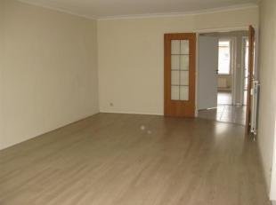 appartement op het 3de verdiep te huur aan de Eugeen Fahylaan te Antwerpen. Indeling: hall, living, keuken, badkamer met ligbad en dubbele lavabo, apa