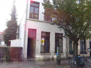 Te renoveren woonhuis (rij-hoekhuis) met 4 slaapkamers te Antwerpen.<br /> Indeling<br /> Kelder 35 m²: 2 kelderkamers<br /> Gelijkvloers 50 m&su