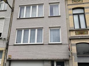 Appartement op het 3de verdiep te huur aan de Wittestraat 87 te Antwerpen. Indeling: hall met ingemaakte kasten, living, keuken (met kasten, dampkap,
