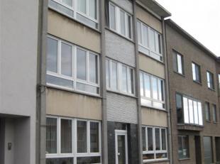 Appartement op de 2de verdieping te huur aan de Ringlaan 156 te Antwerpen.Indeling: Hall, living met sierschouw, keuken met kasten, badkamer met wc, 2
