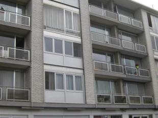 Ruim appartement 4° verdieping.<br /> Indeling: hal- grote living met open keuken-grote badkamer met inloop douche, wc, dubbele lavabo en aansluit