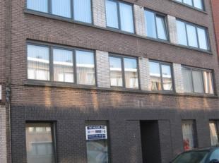 Appartement op de 2de verdieping te huur aan de Ter Heydelaan 24-26 te Antwerpen. Indeling: hall, living, keuken (met kasten, spoeltafel, aansluiting