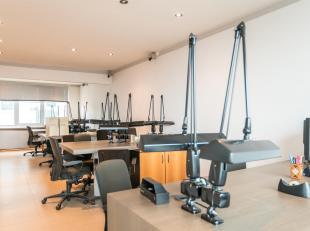 Ruim kantoor (225m2) op de zesde verdieping gelegen in de Diamantwijk, centraal Antwerpen. Het kantoor bestaat uit een inkomhal met twee aparte toilet