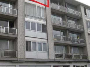 Appartement met 2 slaapkamers en garagebox te huur op 5e verdieping. Indeling: hal, living, keuken, badkamer met ligbad, kleine slaapkamer met bergrui