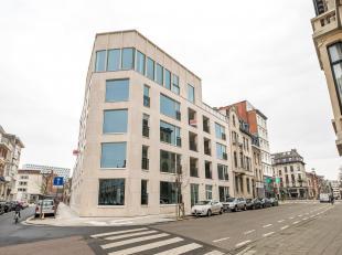 Een auto staanplaats met garagelift is onmiddellijk beschikbaar aan 100 euro/maand in de ondergrondse parking van het gebouw residentie Leikwartier.