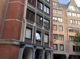 Ruime studio met veel lichtinval te huur op de 4de verdieping aan de Kaasstraat 1, 2018 Antwerpen. Deze studio is zeer goed gelegen achter de grote ma