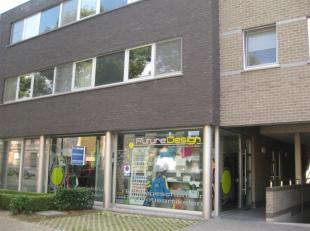 Een polivalent/commercieel pand te huur aan de Sint Benedictusstraat 121-123, 2640 Mortsel. Het pand heeft een oppervlakte van 158m2 en bestaat uit ee