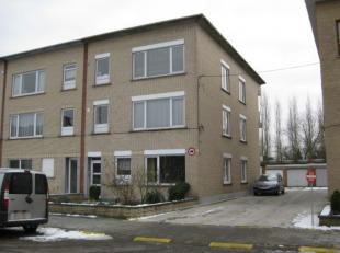 Appartement te huur op de 2de verdieping aan de Gemzenstraat 21, 2610 Wilrijk. Het appartement omvat een Inkom - Living - Twee slaapkamers - Bureau -