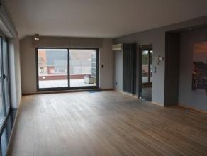 Dit prachtige penthouse beschikt over een grote, lichte woonruimte met open keuken, een masterbedroom met ensuite dressing, een mooie badkamer met zow