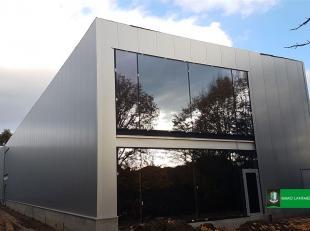 Dit nieuwbouw handelspand aan de Hasseltweg is in totaal 1.912 m² groot en heeft een ruime privé-parking voor de deur.<br /> Het is opspli