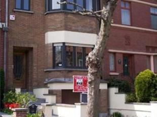 """A proximité du centre de Linkebeek (gare, bus 37 vers """"Albert"""", magasins, tram 51), jolie maison '30 rénovée. Composée d'u"""