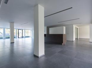 LUXUEUZE KANTOORRUIMTE VAN 350 M² EN 13 PARKINGS.<br /> <br /> We vinden deze ruime kantoren terug in alle bedrijvigheid van de Genkersteenweg, d