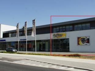 HANDELSRUIMTE/KANTOOR VAN CA. 225 M² OP 200 M VAN DE E314. <br /> <br /> Deze handelsruimte treffen we aan op een goede, commerciële zichtlo