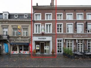 Handelsgelijkvloers met achtergelegen magazijn en ruim appartement op  toplocatie in Bilzen centrum, gelegen Markt 43.<br /> <br /> Deze unieke aanbie