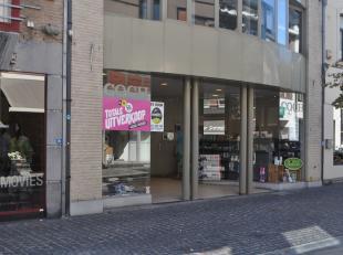 RUIM HANDELSGELIJKVLOERS VAN +- 370  M² IN BILZEN CENTRUM!<br /> <br /> In het centrum van Bilzen, midden op de winkelstraat, vindt u op de Onze-