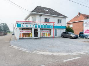 Handelsgelijkvloers gelegen te Beverst, Tipstraat 116.<br /> <br /> Centrale ligging aan de N2 gewestweg tussen Bilzen en Diepenbeek. De autosnelweg E