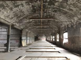 A 3 minutes de tout axe autoroutier; Bruxelles, Namur, Liège, Mons, ce vaste hangar au volume exceptionnel de 2000 m² comprend:Au sous-sol