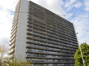 Het verzorgde appartementsgebouw, voorzien van camerabeveiliging, ligt dicht bij winkels (Aldi, Lidl, Colruyt), 3 scholen, het Gemeentehuis, de Post,