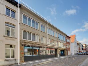 Ruim handelspand van +/- 350 m2 met mooie straatbreedte. <br /> <br /> De gelijkvloerse verdieping is ingedeeld in half open compartimenten. Achteraan