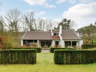 Via een lange oprijlaan kom je bij deze excentrieke woonst gelegen in een residentiele wijk te Keerbergen.<br /> Deze ruime villa in woonpark beschikt