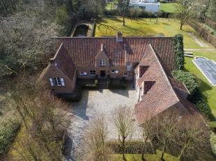 Deze tijdloze villa bevind in een door groen omringde residentiële wijk vlakbij de Europese school.<br /> De gelijkvloers beschikt over een ruime