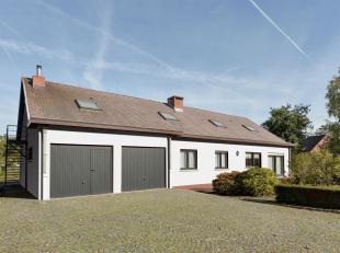 De woning heeft een bewoonbare oppervlakte van 260m2 en is gelegen op een perceel van 20are.<br /> Deze beschikt over 2 woonpartijen en kan dienen als