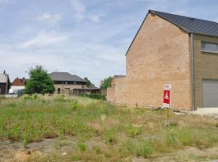 """Op de """"Onderwijslaan"""" vindt u deze rustig gelegen en west georiënteerde halfopen bouwgrond met een oppervlakte van 6a45ca .<br /> Aan straatzijde"""