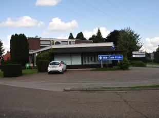 Deze handelsruimte is gelegen op de Weg naar As 373, op 5 minuten van het stadscentrum van Genk en nabij toegangswegen tot de autosnelweg. <br /> <br