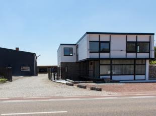 Prachtige  commerciële woning 245m² met een magazijn 240 m² en een carport 400m² .<br /> <br /> Zeer goede commerciële liggin