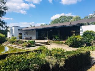 Architecturaal Modernistische Villa Anno 1963 in een uitzonderlijk bewaard maar te vernieuwen kader.<br /> <br /> Gelegen op een prachtig domein van b