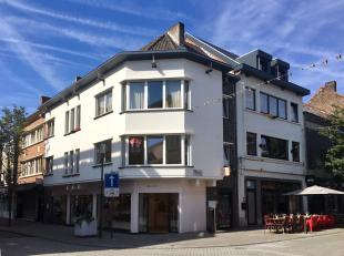 Vernieuwd appartement in hartje Hasselt. <br /> <br /> Gelegen op de eerste verdieping ( enkel trap ) omvat het een leefruimte, 3 slaapkamers, badkame