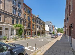 Gelegen in een rustige straat op het Antwerpse zuid. Een opbrengsteigendom met huidige opdeling van drie woonéénheden. Op het gelijkvloe