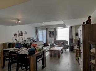Dit recent verbouwd appartement situeert zich op de benedenverdieping en omvat aan straatzijde een ruime woonplaats (44 m²) met een ingerichte op