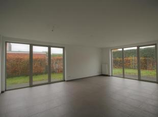 Ruim appartement op benedenverdieping omvattende een inkomhall, een gastentoilet, een woonplaats (40 m²) met toegang tot tuin en terras, een voll