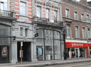 Dit ruime instapklare handelspand omvat op de benedenverdieping een winkelruimte van 100 m² en een bijkomende ruimte van 60 m² op de tussenv