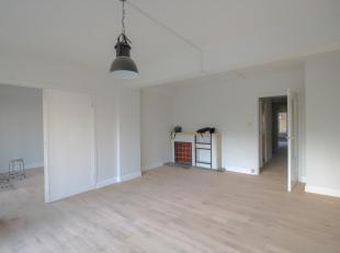 Lichtrijk appartement met ruime woonplaats, gelegen aan het Sint-Annaplein. Het appartement omvat een ruime woonplaats (38 m²), keuken (6 m²