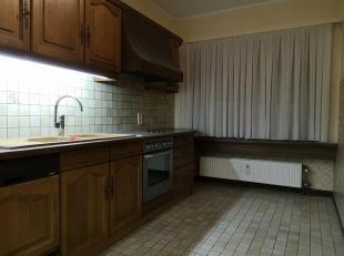 Appartement  ( gelijkvloers ) omvatttende<br /> - inkom met vestiaire<br /> - toiletruimte<br /> - leefruimte ( vloer - parket ) - opp. 27,56 m²<