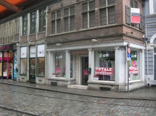 Handelspand met een totale winkeloppervlakte van 100 m² en zicht op de Schelde aan de achterzijde. Gelegen in het middelste deel van de Brabantda