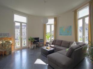 Dit instapklaar appartement is gelegen nabij de Gentse binnenring, op wandelafstand van het centrum en het Sint-Pietersstation. Het appartement beschi