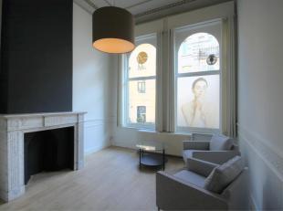 Dit handelspand/kantoor omvat 3 ineenlopende ruimtes met een totale oppervlakte van 60 m². Het bevindt zich op de  bel-étage van een burge