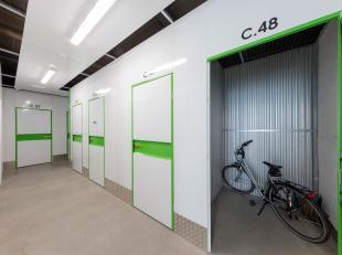 TE HUUR - Opslagruimte op een beveiligde site in Heusden-Zolder. Er zijn boxen beschikbaar van 1 tot 180m2. <br /> <br /> Deze opslagruimte  (3m2 - ty