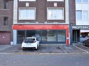 RUIM HANDELSGELIJKVLOERS (261 M1) MET GOEDE LIGGING!<br /> <br /> Dit gelijkvloers handelspand is gelegen op de Kempische Steenweg vlakbij invalswegen