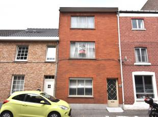Woning in gesloten bebouwing met terras gelegen op een perceel van 98ca. De woning heeft 4 slaapkamers en is gelegen in een rustige woonstraat op wand