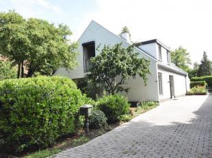 Residentieel gelegen ruime villa op een perceel van 7,8 are. Zeer rustig en toch centraal vlakbij het natuurgebied ´de Platvijvers´.<br />