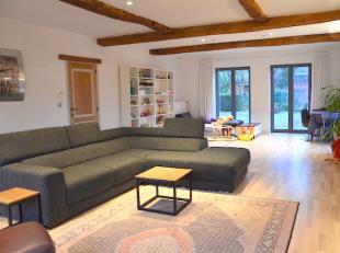 Gelijkvloerse verdieping van een gerenoveerde woning met 3 slaapkamers, bureel, tuin met terras en inpandige garage. <br /> Bewoonbare oppervlakte van